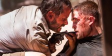 """A A24 lançou online um novo trailer do novo filme de  David Michôd (""""Reino Animal""""), protagonizado por Guy Pearce e Robert Pattinson que vai ter a sua primeira exibição oficial no Festival de Cannes."""