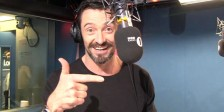 """Hugh Jackman canta uma paródia de """"Who am I?"""" de """"Os Miseráveis"""" segundo o ponto de vista do mais famoso dos X-Men."""