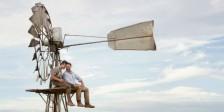 Russell Crowe não surpreende nem evita o romance fácil. Mas presta homenagem a um capítulo menos divulgado da história bélica.