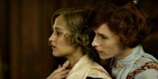 Em A Rapariga Dinamarquesa, Eddie Redmayne e Alicia Vikander protagonizam um drama transgénero como Lili Elbe e sua mulher, a pintora Gerda Wegener.