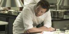 Bradley Cooper é um célebre chef que procura reencontrar o estrelato em À Procura de uma Estrela.