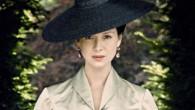Provocatórios vestidos vermelhos, piercings nos mamilos e Dior. O guarda-roupa do segundo episódio da nova temporada de Outlander é um festim visual.