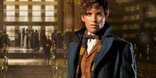 O ator Eddie Redmayne grava o audio book de Fantastic Beasts interpretando o feiticeiro britânico, Newt Scamander.