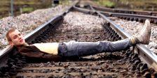 Com a sequela a bater à porta 21 anos depois, Trainspotting permanece como um retrato brutal de uma fatia específica de Edimburgo não destinada aos fracos de coração.