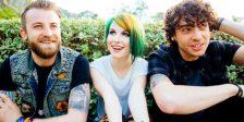 """Quatro anos depois, Paramore está de volta. A banda norte-americana divulgou o videoclip de """"Hard Times""""."""