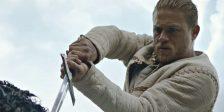 Grandes governantes não seguem as regras. O filme sobre Rei Artur promete ação e uma nova visão do rei, a espada e a pedra.