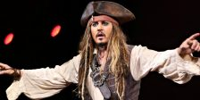A estrela de Piratas das Caraíbas, Johnny Depp, surpreendeu os visitantes da Disneyland na pele do pirata favorito de todos.