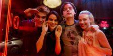 Bem-vindos ao ensino secundário de Riverdale, onde todos choram a morte de Jason Blossom, mas todos têm algo a esconder. Esta é a nossa análise!