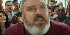 Hodor tornou-se uma adorada personagem de Game of Thrones retornando agora à sua icónica cena da porta num anúncio publicitário para a cadeia KFC.
