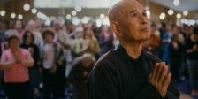 """""""Caminha Comigo"""" é um trajecto pelo mundo da mindfulness – o exercício de focar a nossa atenção no presente – e do Mestre Thich Nhat Hanh."""