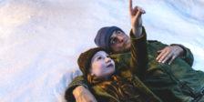 Em O Castelo de Vidro uma jovem vivia com uma excêntrica mãe e um pai um alcoólico que tenta distrair os filhos da miséria.
