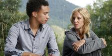 """Damien é vítima de bullying por parte de Thomas. Contudo, forçados a morar juntos, a tensão entre os dois aumenta. """"Quando Se Tem 17 Anos""""."""