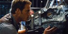 Acabou se ser lançada a primeira sequência de Jurassic World: Fallen Kingdom mostrando Chris Pratt a dar festas a um bebé raptor.