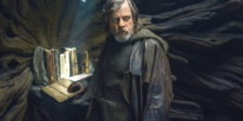 """Em """"Star Wars: Os Últimos Jedi"""" os heróis de """"O Despertar da Força"""" juntam-se às lendas galácticas, para uma aventura épica."""