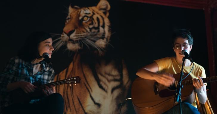 Francisca & Mariana trauteiam no Guitarras ao Alto
