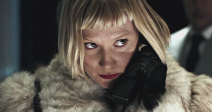 piercing critica mia wasikowska